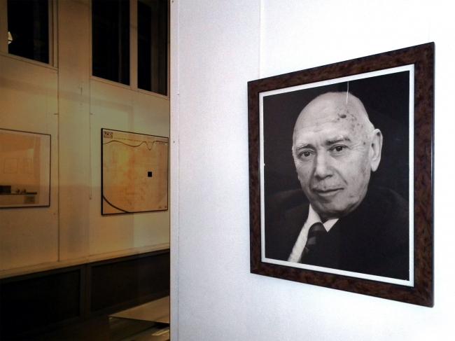 Выставка в галерее ВХУТЕМАС. Слева планшеты НЭР, справа портрет И.С.Николаева.