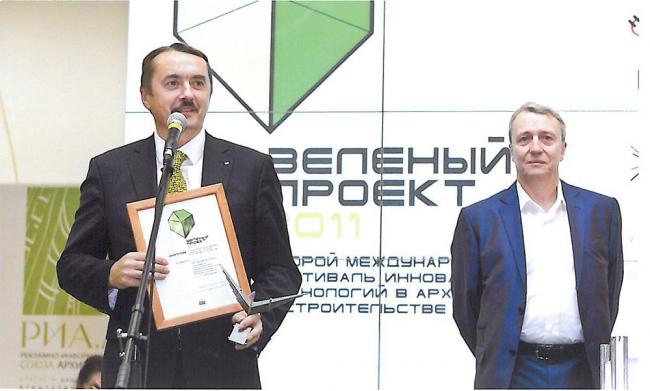 Леонид Лось, директор по общественным связям КНАУФ СНГ, получает диплом фестиваля