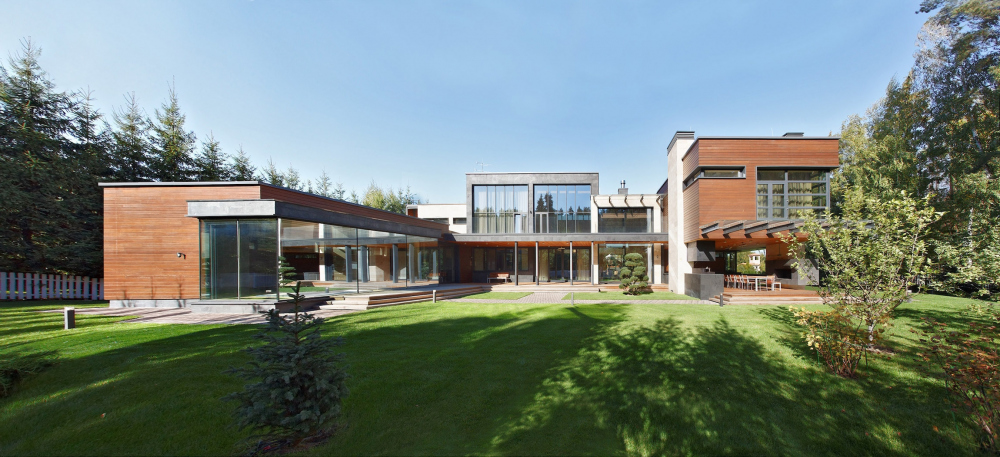 Parallel House private residence. The yard facade<br>Copyright: Photograph © Aleksey Knyazev