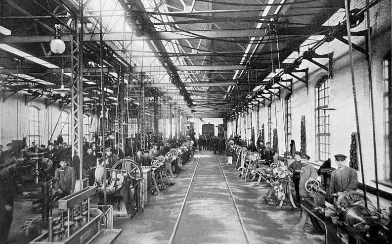Завод «Красный треугольник», историческая фотография. На этой фотографии видно как приводились в движение все станки до появления электродвигателей