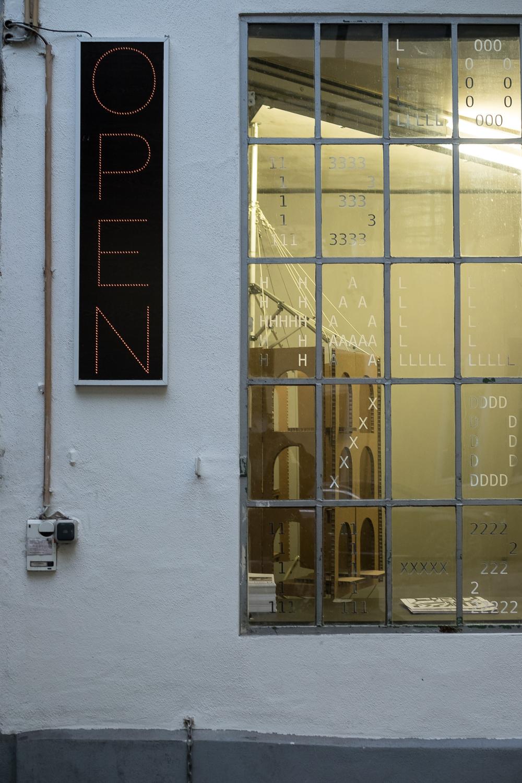 Выставка SiedlungsRequiem («Реквием по поселкам») в мюнхенской галерее Lothringer13<br>Фото © Nick Förster
