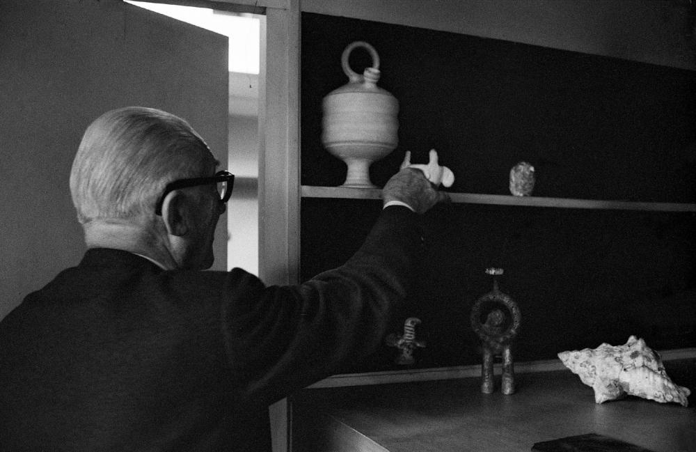 Ле Корбюзье с его частной коллекцией в его студии. Фотография Рене Бурри (René Burri) 1959 года. Из коллекции Музея дизайна Цюриха<br>© Magnum Photos