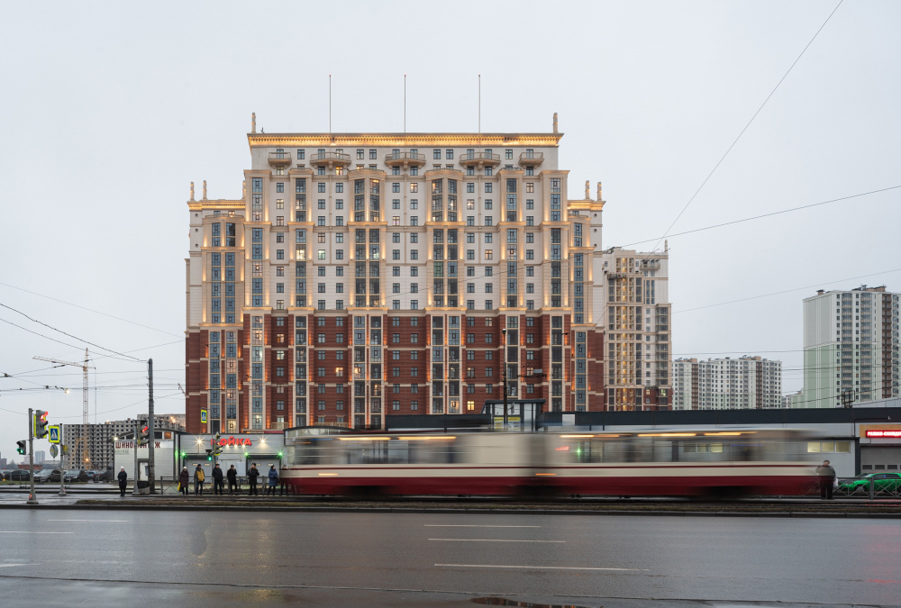 "View of the facade on the Dalnevostochny Avenue, the evening light. ""Renaissance"" housing complex<br>Copyright: Photograph © Dmitry Tsyrenshchikov /provided by Liphart Architects"