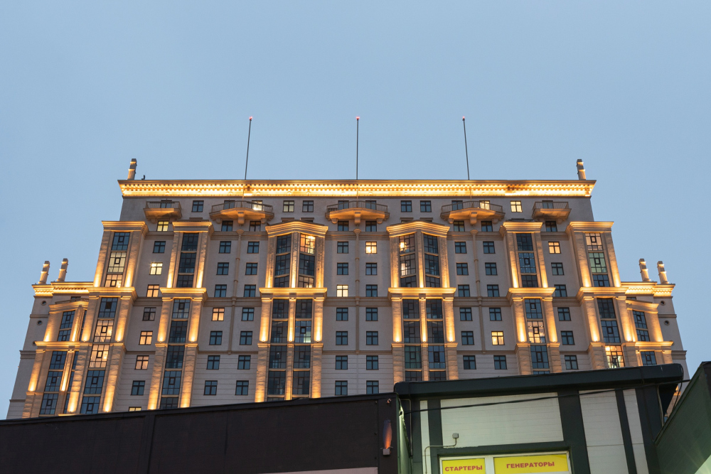 "Fragment of the facade on the Dalnevostochny Avenue. The bay windows and the balconies of the top floors. ""Renaissance"" housing complex<br>Copyright: Photograph © Dmitry Tsyrenshchikov /provided by Liphart Architects"