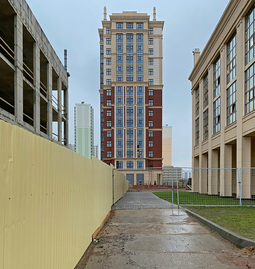 "View of the south facade of the second stage on the Dybenko Street. ""Renaissance"" housing complex<br>Copyright: Photograph © Stepan Liphart /provided by Liphart Architects"