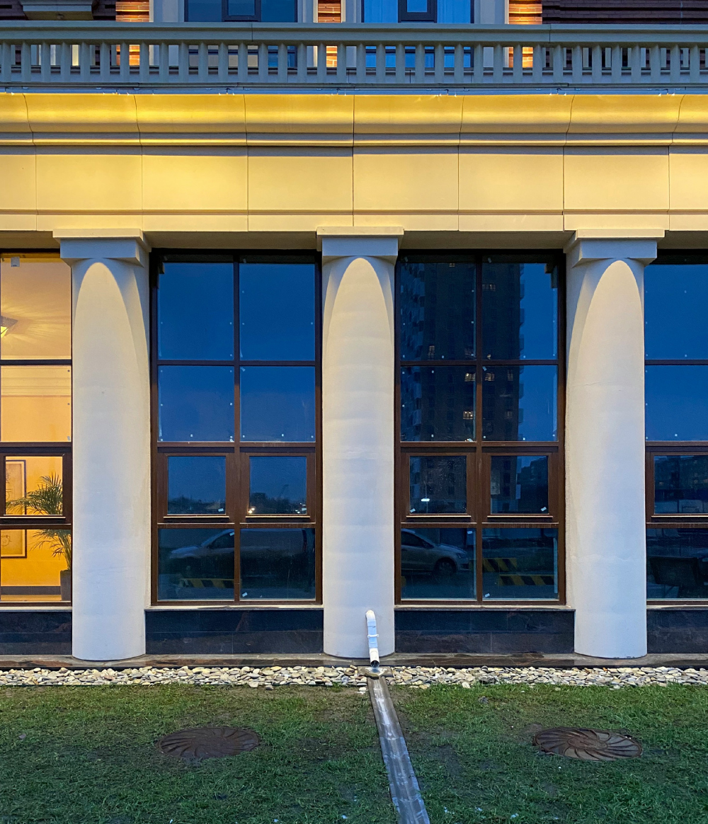 "The colonnade of the plinth. A fragment. The evening light. ""Renaissance"" housing complex<br>Copyright: Photograph © Stepan Liphart /provided by Liphart Architects"