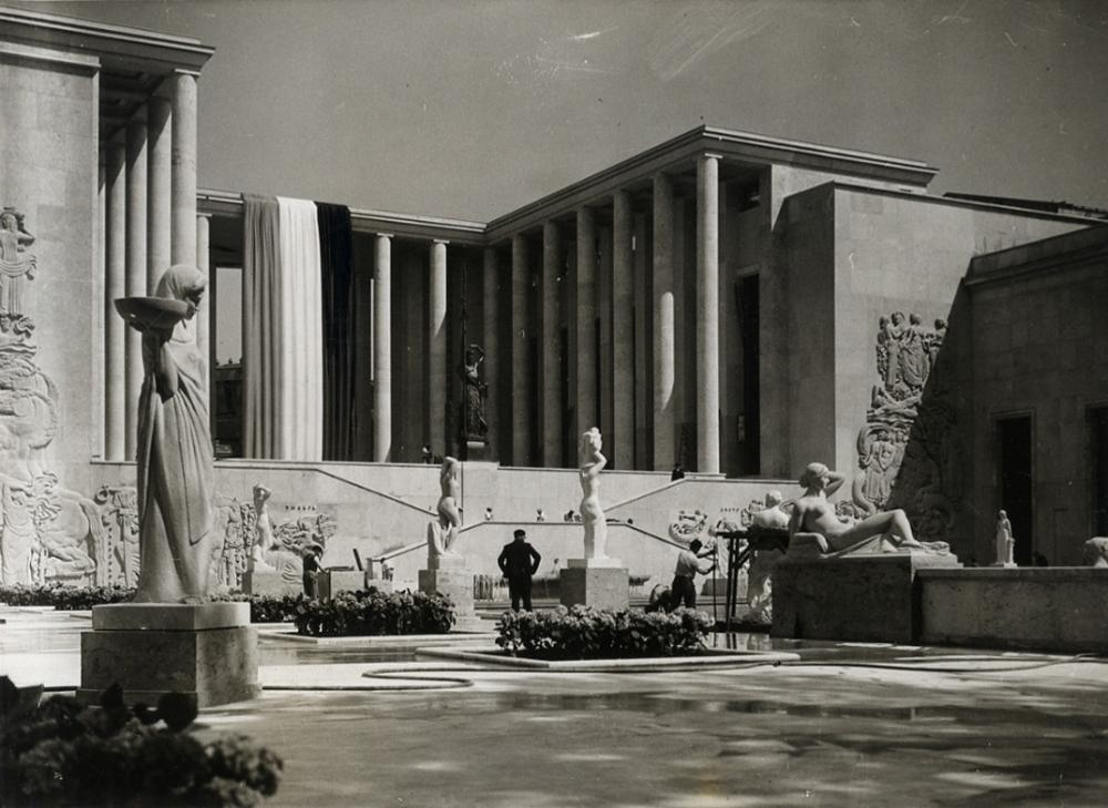 Palais des Tokyo at the World Exposition in Paris, 1937<br>Copyright: http://www.museehistoirevivante.fr/evenements/le-front-populaire-la-culture-et-le-peuple-autour-de-l-exposition-universelle: