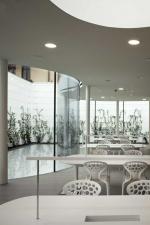 Прозрачное здание за высокой стеной