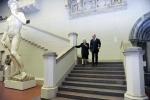 Из тени в свет. Владимир Путин во время беспорядков поехал в музей