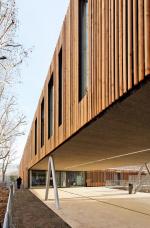 Школа с сосновыми фасадами