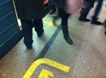 В метро экспериментируют с напольными указателями