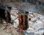 Вход на «Парамоны» закрыли решеткой, а ругательные надписи закрасили