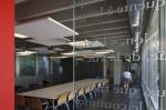Офис компании Global Design, Бельгия. При создании дизайна интерьера использованы потолочные острова ROCKFON Eclipse 1200 x 1200. Фото предоставлено компанией ROCKFON