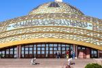 Орнамент на фасадах и куполе мечети выполнен из анодированного алюминия. Фото: Kalzip