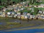 Жители чилийского острова по старинке перетаскивают свои дома на новые места с помощью быков и соседей