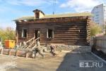 Деревянный домик-памятник унесли с Татищева и собрали заново на соседней улице