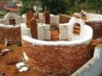В Индии строят дом из грязи и приглашают поучаствовать желающих со всего мира