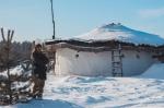 """Как справляется с морозами и снегом владелец """"хоббитского"""" дома в глухой белорусской деревне"""