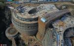 Архитектура: Строящийся отель в бывшем карьере в Китае