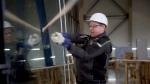 Стёкла петербургского «Лахта-центра» проверили на прочность битой, тараном, молотком и топором