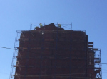 Градозащитники: рабочие кувалдами разбирают фасад дома Изотова