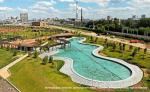 Люди в цветах, пруду и на перголе: новый парк «Тюфелева роща» встречается с реальностью