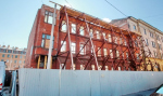 Рабочие снесли верхние этажи дома Изотова