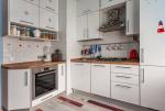 Угловая кухня с выступом. Изображение с сайта www.kitchendecorium.ru