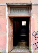 В бывшей аптеке доктора Пеля на Гороховой заменили исторические двери на пластиковые
