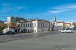 «Возможно возведение жилого дома». В центре Екатеринбурга продают участок с домом 19 века