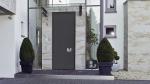 Алюминиевая входная дверь Hörmann ThermoCarbon с коэффициентом теплоизоляции UD до 0,47 Вт/(м2∙K), достигаемым за счет композитного профиля створки с карбоновым стекловолокном, и с защитным оснащением RC 4. Теперь эта модель поставляется также высотой до 3 метров © Hörmann