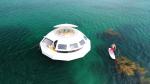 У берега Франции появился плавучий отель, работающий на солнечных батареях. Прототипом послужило жилище злодея из бондианы