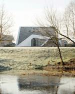 В Литве появился жилой особняк необычной формы с собственным лугом на крыше