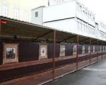 Строители открыли в Санкт-Петербурге музей под открытым небом. На заборе вокруг здания на реконструкции развесили репродукции гравюр