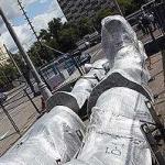 Одна нога здесь, другая – там. У входа на ВВЦ начат монтаж «Рабочего и колхозницы»