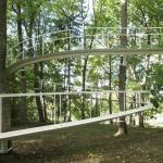 Архитектор поднял лесную тропинку над землей