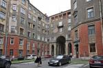 Толстовский дом трещит по швам. Пока чиновники решают вопрос ремонта исторического здания, жилищники сбивают с фасада аварийную штукатурку