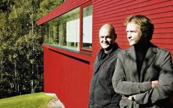 Эйнар Ярмунд и Хокон Вигнес на фоне «Красного дома» в Осло (2002). Фото с сайта avis.dn.no
