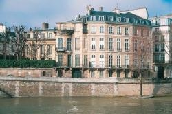 """От сильного пожара в центре Парижа серьезно пострадал исторический памятник — отель""""Ламбер"""""""