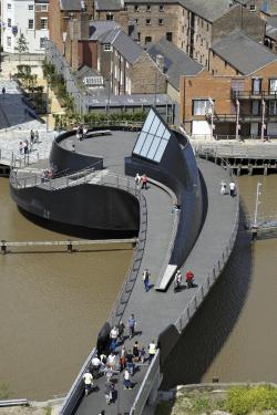 Пешеходный мост через реку Халл