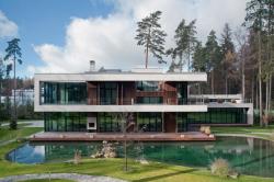 Загородный дом с водоемом