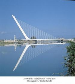 """Alamillo Bridge в Севилье, 1992 г. – необычная форма этого моста воодушевлена скульптурой """"Бегущий торс"""", Running Torso, напоминающей натянутую стрелу, по диагонали целящуюся в небо"""