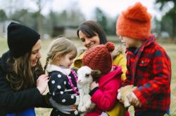 Ребенок играющий: зачем нужны козы в городе