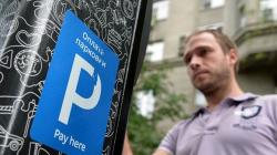 Платную парковку предлагают на время отменить