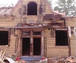 В Ленобласти столетний дом спасается от сноса… бегством