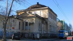 Реконструкция по-новому: на Верх-Исетском бульваре начали снос старинного здания военного госпиталя
