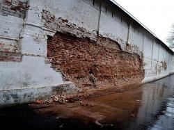 В Брянске обрушился фрагмент стены Свенского монастыря