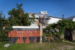 Белорус построил дом из мусора и оборудовал во дворе музей