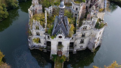 Д'Артаньяны со всего мира спасли замок XIII века от разрушения