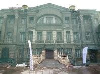 Под окнами мэрии продолжает рушиться историческая усадьба, которую власти обещали отреставрировать еще к осени